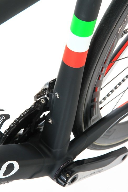 トリコローレの描かれたシートチューブもジルコデザインから丸断面へと徐々に変化する