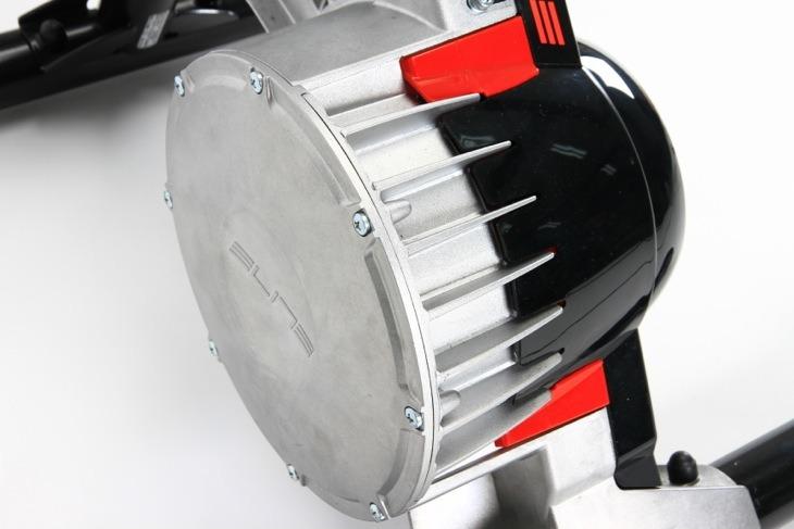 大きなドラムの中に負荷装置が収められる