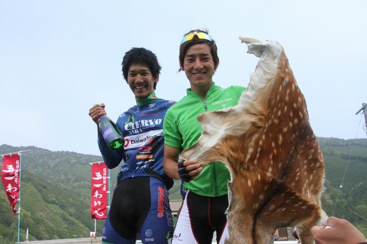 スプリント賞1位で鹿の毛皮をもらった金子大介(スワコレーシング)と2位の水野恭兵(シエルヴォ奈良)
