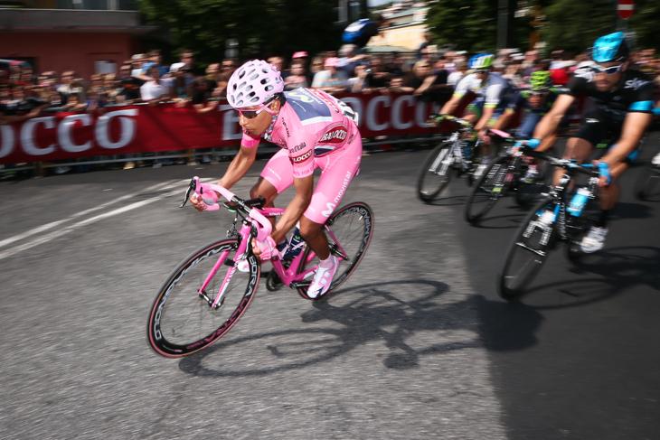 マリアローザを着て周回コースを走るナイロ・キンタナ(コロンビア、モビスター)