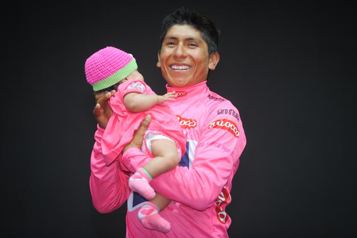 2月に生まれた娘を表彰台で抱くナイロ・キンタナ(コロンビア、モビスター)