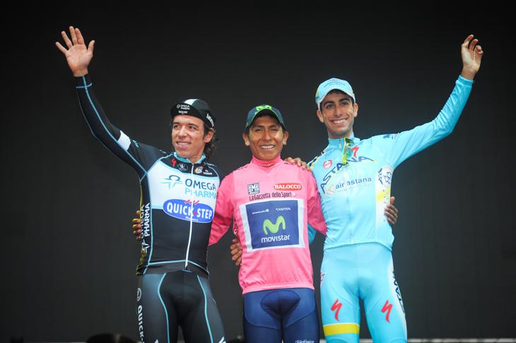 総合表彰台、2位リゴベルト・ウラン(コロンビア、オメガファーマ・クイックステップ)、優勝ナイロ・キンタナ(コロンビア、モビスター)、3位ファビオ・アル(イタリア、アスタナ)