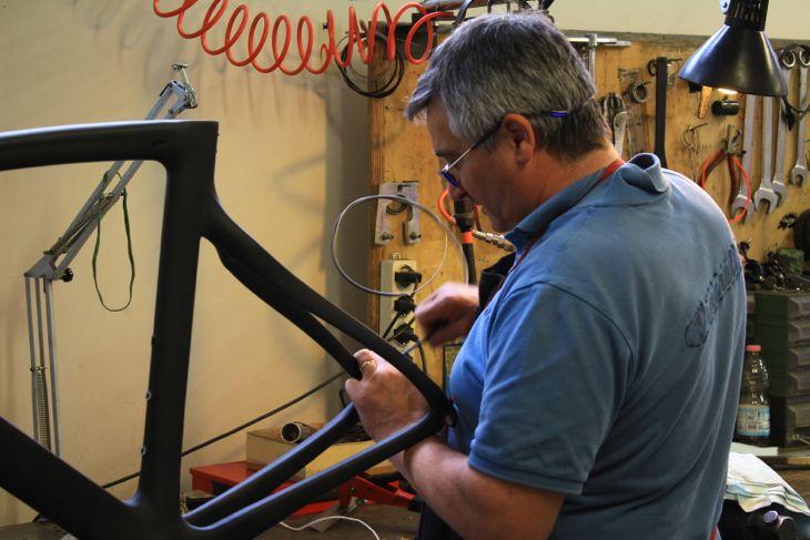 細かい仕上げや塗装は全てイタリアの職人の手で行われている