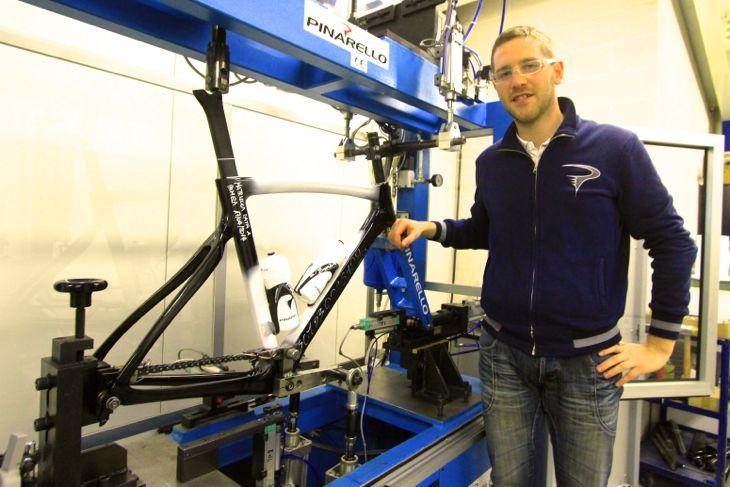 開発エンジニアのマッシモ・ポロニアート氏。荷重検査機と共に