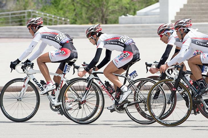 男子ジュニアロードレース カザフスタンを追走する日本チーム