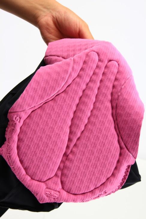 肌面側のパッドは、内部に穴あき加工をしたワッフル状によって通気性を高める。サドル形に縫製された部分のパッドは、肉厚を増して座骨の圧迫を和らげる