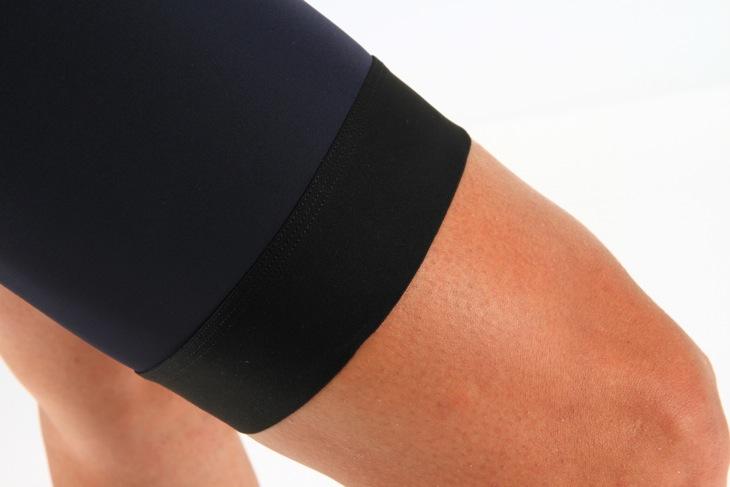 ショーツのそす部分は従来よりも幅広なゴム素材になった。ペダリングでのズレを防止しながら、幅広にすることで脚への圧迫感を抑えた快適なサポート感だ
