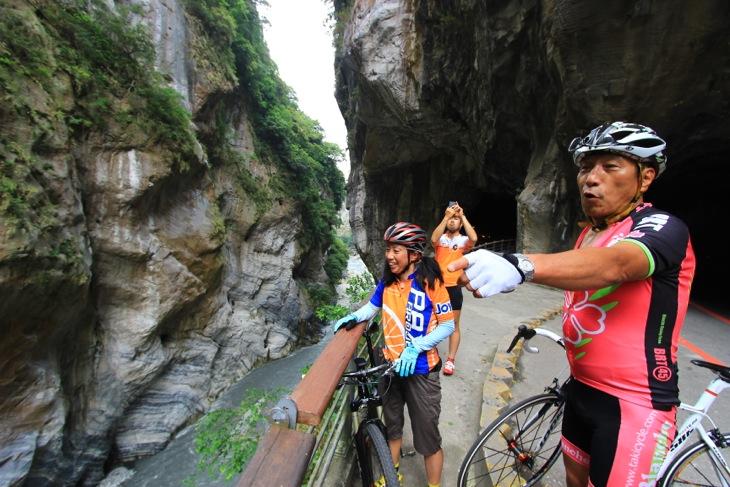 両側が断崖絶壁の渓谷美にみとれる