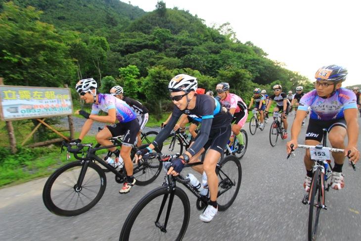 ラスト10kmまでは勾配が緩いため集団がいくつも形成されてハイスピードで進む