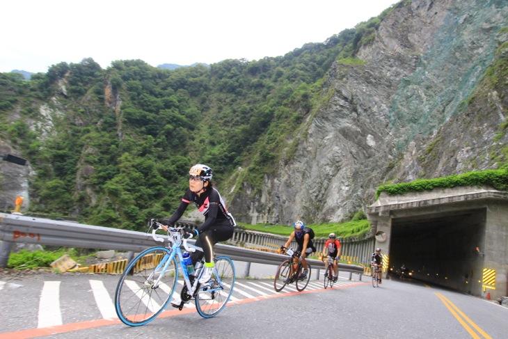 台湾のホビーサイクリストたちと走る。女性の姿も目立つ