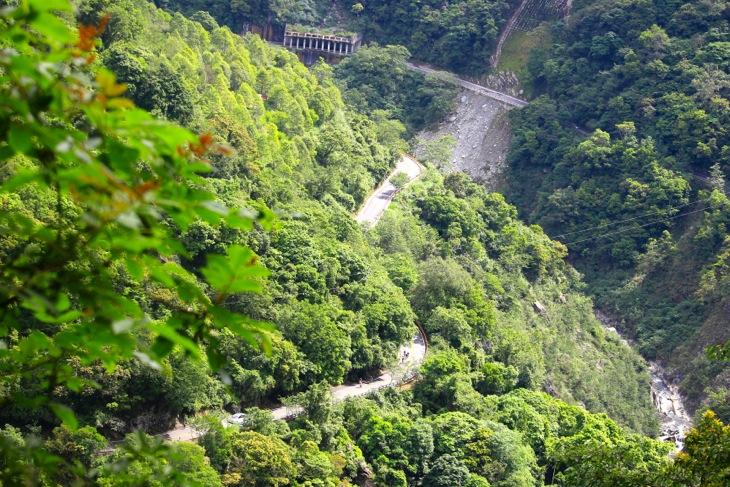 遥か下方に豊かな緑の間を縫って登ってきた道を見下ろす