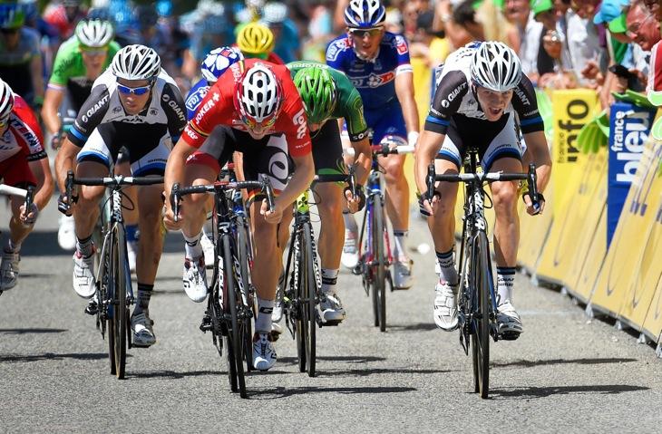 ジャイアント・シマノのアルントが混戦の集団スプリントでステージ優勝