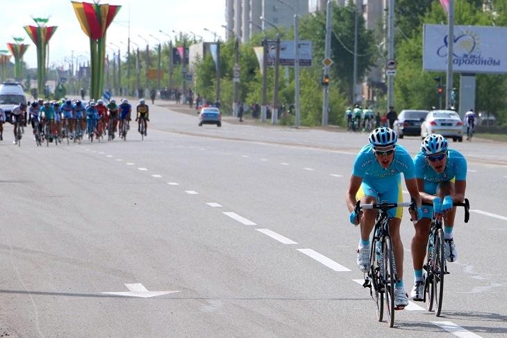 ジュニア男子ロード1周目 横風区間で複数名で攻撃をかけるカザフスタンの選手