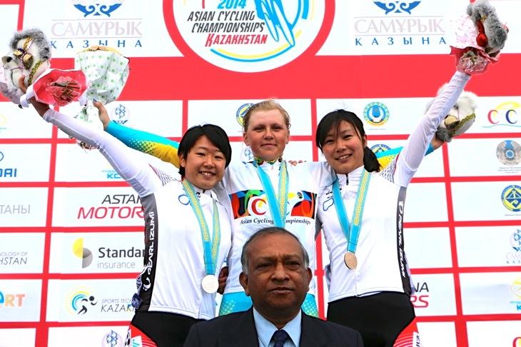 ジュニア女子ロード表彰式 2位の梶原と3位の坂口