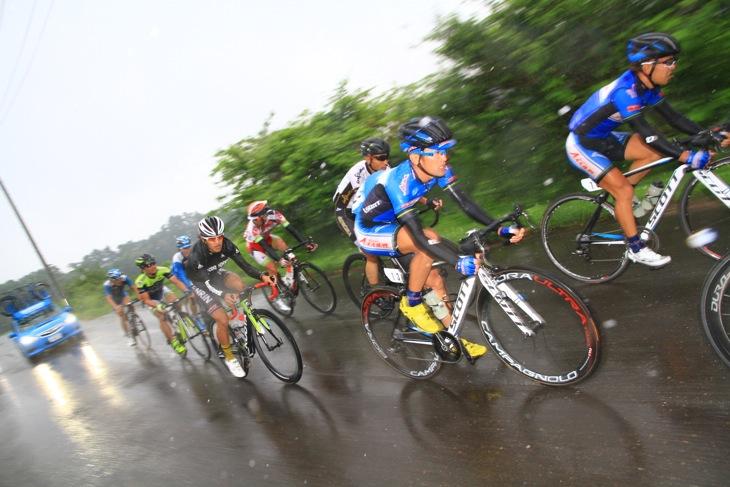 2周目には雨が本降りになり、選手たちを濡らした