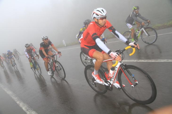 集団内を走る山本幸平(スペシャライズド)。4周目には深い霧で視界が効かなかくなった