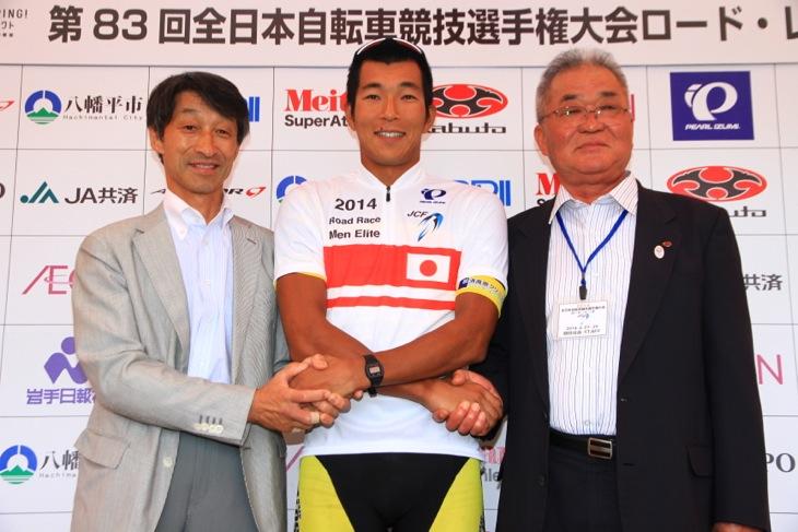 来年の全日本選手権開催地、そして活動拠点の那須町の町長とも握手する佐野淳哉