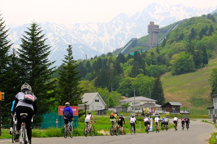 大袈裟に言えばスイスの雰囲気を感じることができる白馬ジャンプ競技場へのアプローチ。