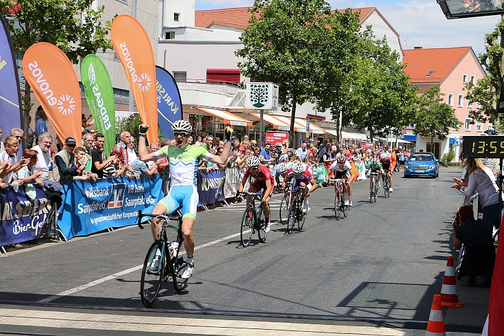 8名の先頭グループでのスプリント。優勝は昨日も逃げに入ったKUMAR Kristjan
