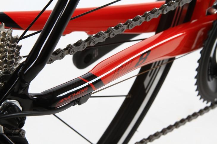 BB側が角型に成型されたチェーンステー。複雑な形状でペダリング効率を高める。