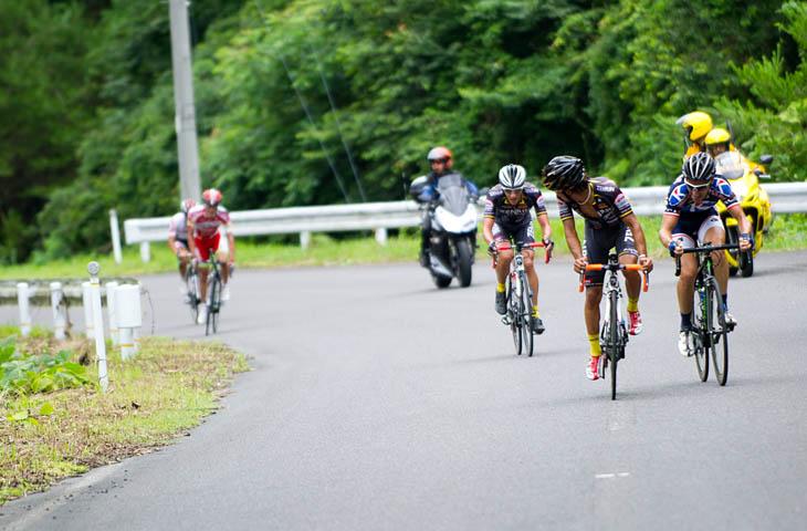 7周目、逃げ集団に合流したホセ・ビセンテ(TeamUKYO)。鈴木真理(宇都宮ブリッツェン)と伊丹健治(ブリヂストンアンカー)が遅れる