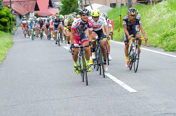 全日本選手権3位山本元喜(斑鳩アスティーフォ)に、全日本チャンピオンジャージの佐野淳哉(那須ブラーゼン)が続く