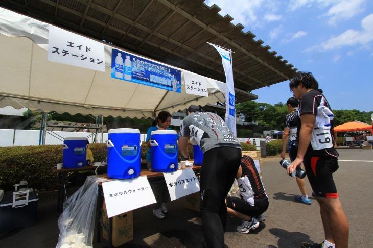 熱中症対策で水とポカリスエットの無料配布が行われる