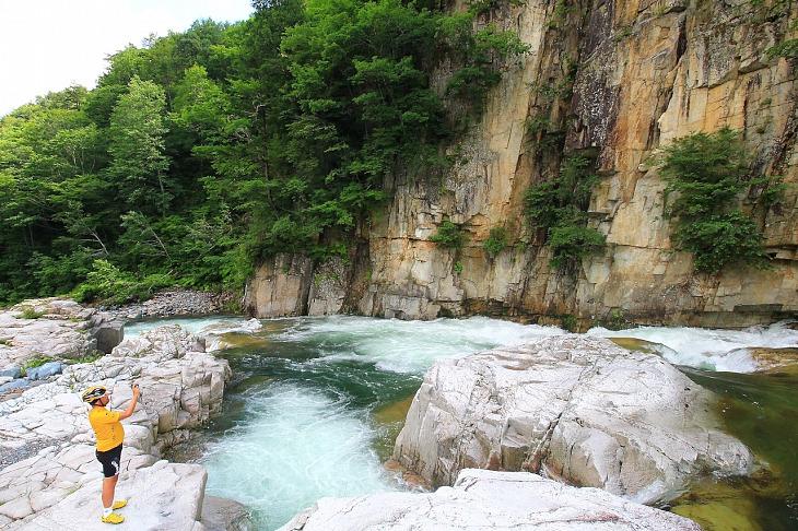 """今大会のハイライトポイントの""""屏風岩""""です。渓流の浸食が造り出した壮大な景観が拡がります。"""