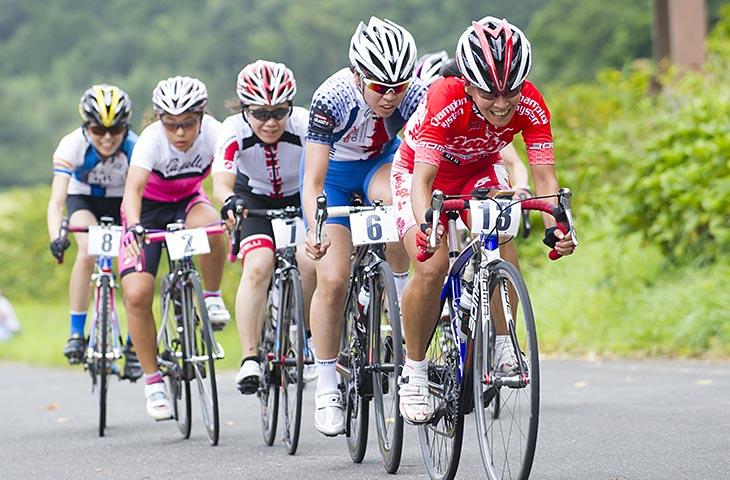レース中に集団の先頭を引く須藤むつみ代表