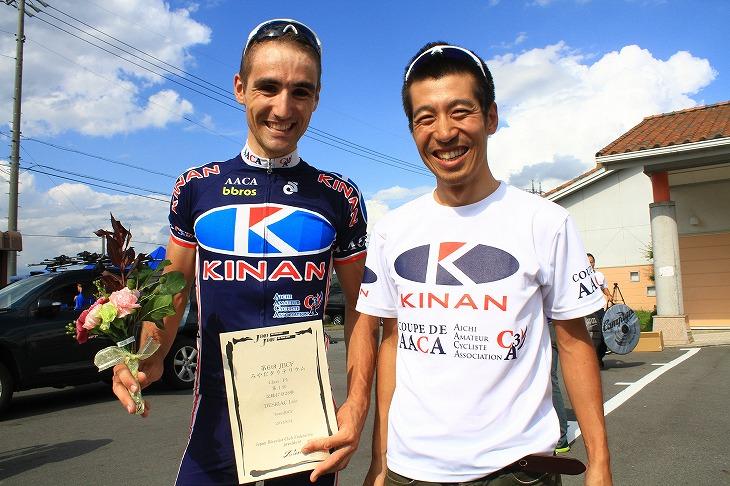 優勝したロイック・デリアック(フランス、TeamJBCF)と、キナンAACA代表の加藤康則氏