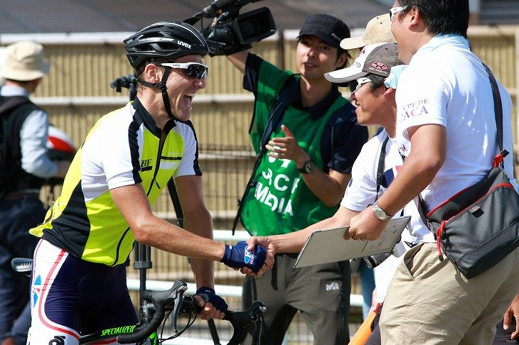 ロイック・デリアック(フランス、TeamJBCF)とチームの関係者が喜びを分かち合う