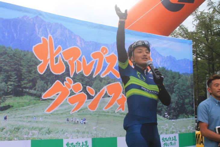 コーズアドバイザーの鈴木雷太さんもスタートを盛り上げる