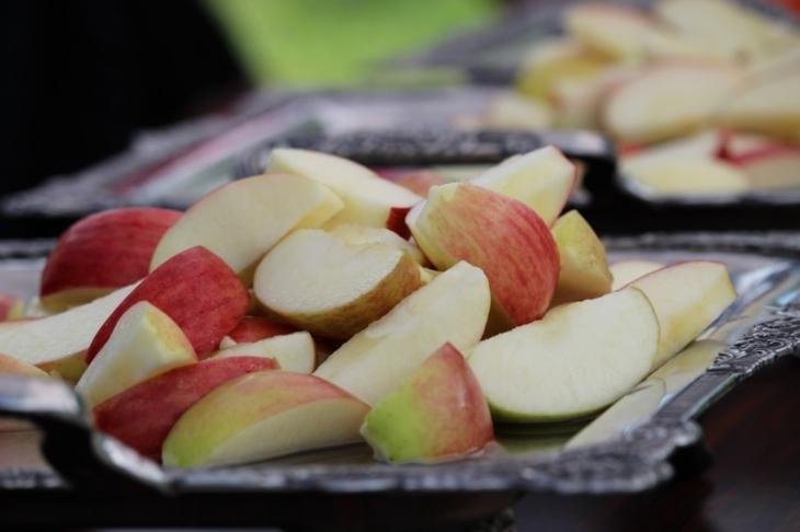 リンゴ2種類と桃という信州フルーツが盛られていた