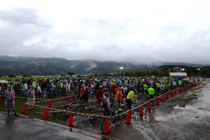アメニモマケズ会場に集まった400名の参加者。この時点ではまだ空が明るかった