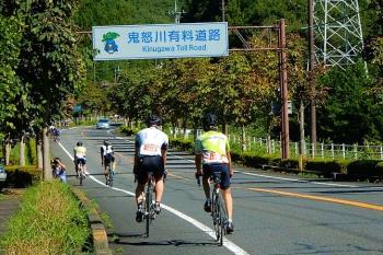 鬼怒川有料道路を登って行きます。