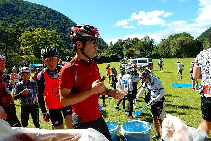 鬼怒川公園エイドの湯葉オニギリは大人気です。