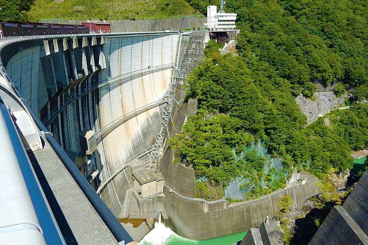 川治ダムです。写真では伝わり辛いですが半端ない高さで非日常の絶景って感じです。