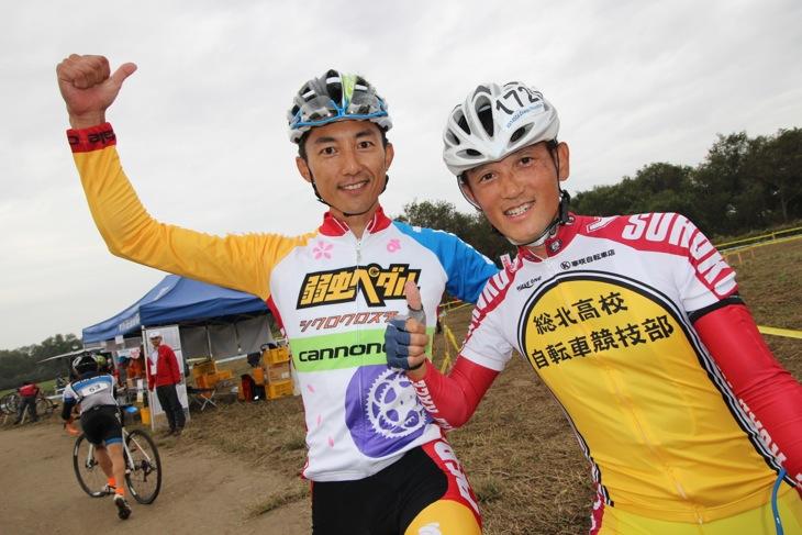 弱虫ペダルシクロクロスチームのジャージをお披露目した山本和弘と弱ペダ作者の渡辺航先生
