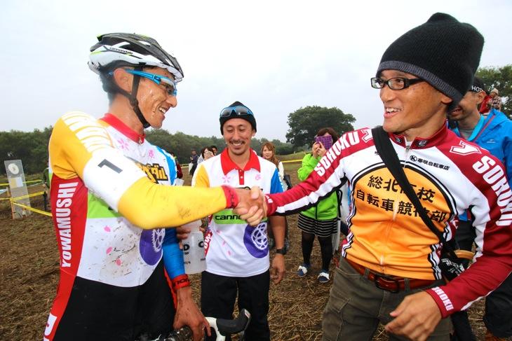 弱虫ペダルシクロクロスチームのデビュー勝利を祝うカズと渡辺航先生