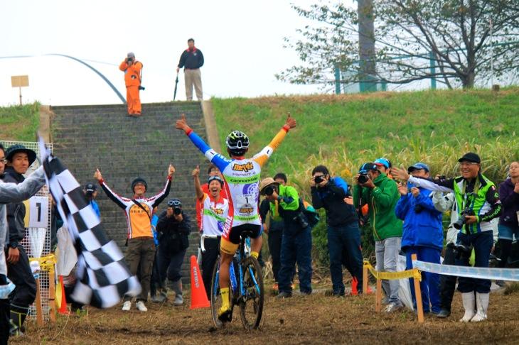 山本和弘の勝利を迎える弱虫ペダルシクロクロスチームのスタッフと渡辺航先生