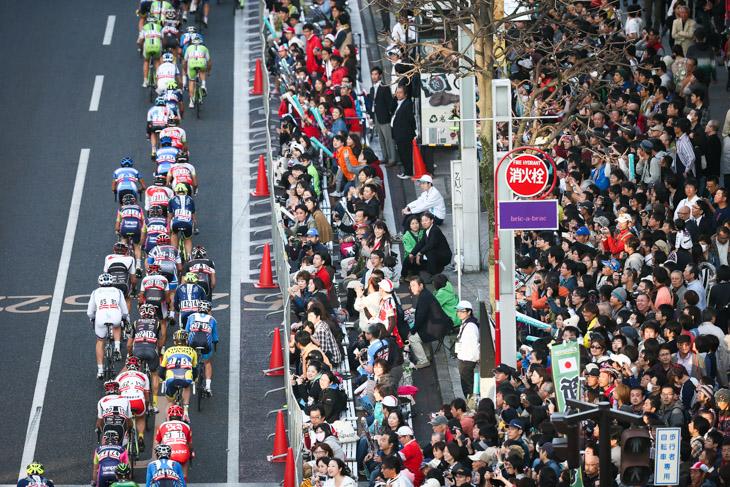 幾重にも観客が詰めかけた宇都宮大通り: photo:Kei Tsuji