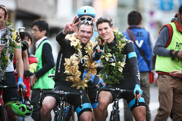 1位クリストファー・サットン(オーストラリア)と3位ベン・スウィフト(イギリス、チームスカイ)がピースサイン