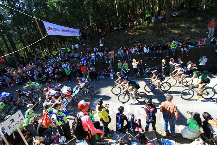 古賀志林道頂上付近、多くの観客が天気のいいなかでのレース観戦を楽しんだ
