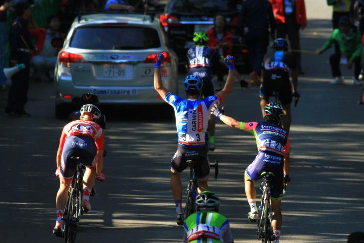 勝利を確信して喜びを表すネイサン・ハース(ガーミン・シャープ)