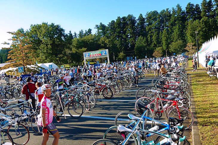 """早朝のスタート会場""""日光だいや川公園""""には大勢の参加者さんが詰めかけました。"""