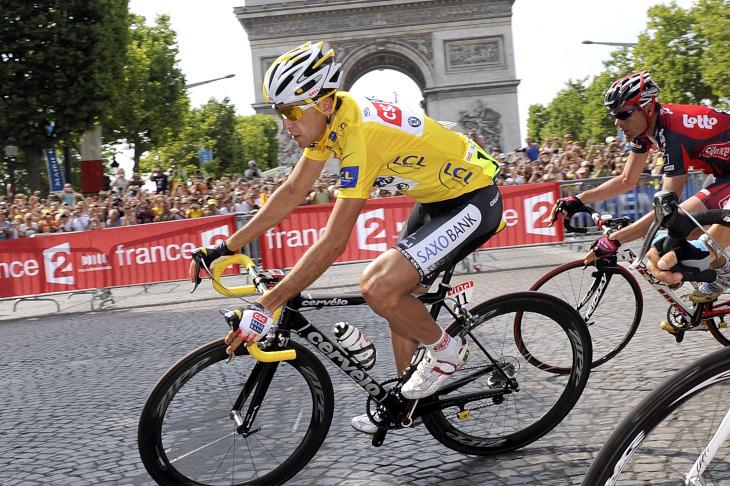 マイヨジョーヌを着てパリに凱旋したカルロス・サストレ(スペイン、CSC・サクソバンク): (c)CorVos