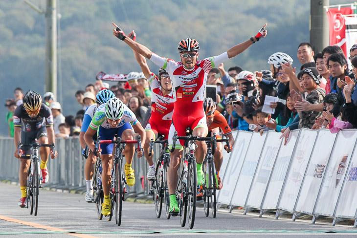 パワーとスタミナを活かした逃げからの小集団スプリントでレースを制してきた阿部嵩之。ツール・ド・北海道のステージ優勝へ向けて走り続ける