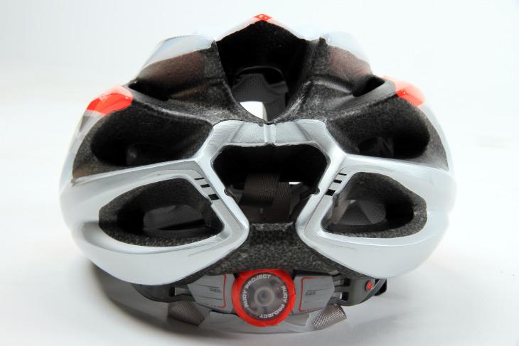 後頭部の通気孔による効率よい排気は高い通気性を実現する