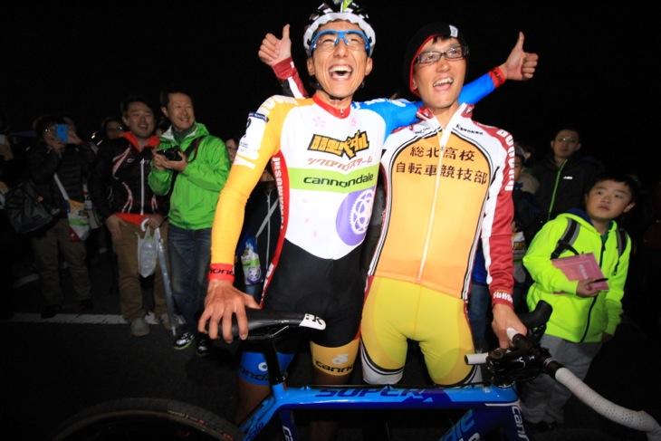 山本和弘(弱虫ペダルシクロクロスチーム)の勝利を祝う弱虫ペダル作者渡辺航先生