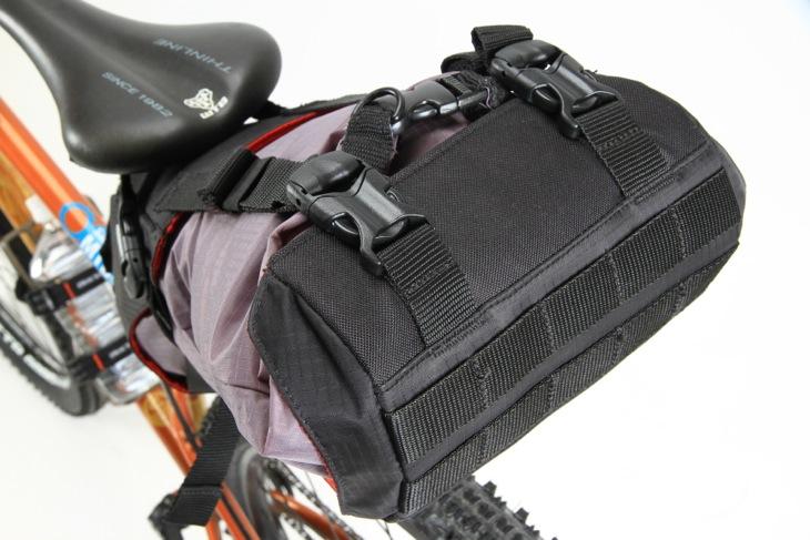 バックル付きのベルトでドライバッグの落下を防ぐ